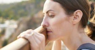 Frau schaut Traurig in die ferne